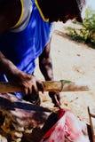 τοπικός ψαράς που καθαρίζει τη σύλληψη στη σκιά που παίρνει μακρυά από την τροπική θερμότητα στοκ φωτογραφία με δικαίωμα ελεύθερης χρήσης