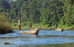 Τοπικό άτομο που ταξιδεύει από το rowboat στον άγριο ποταμό στο εθνικό πάρκο Chitwan, Νεπάλ Στοκ εικόνα με δικαίωμα ελεύθερης χρήσης