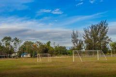 Τοπικό γήπεδο ποδοσφαίρου με τη θέση στόχου και το μπλε ουρανό και λευκό clo Στοκ εικόνα με δικαίωμα ελεύθερης χρήσης