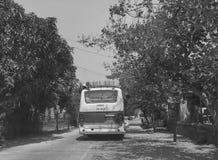 Τοπικό λεωφορείο στον αγροτικό δρόμο σε γεν Phu, Βιετνάμ στοκ φωτογραφία με δικαίωμα ελεύθερης χρήσης