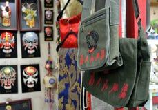 Τοπικό κατάστημα του Πεκίνου, τσάντα με την τυπωμένη ύλη του προέδρου Mao στοκ φωτογραφίες