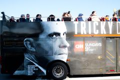 Τοπικό λεωφορείο μετρό με τη διαφήμιση για το πρόγραμμα TV του Richard Nixon στοκ εικόνες με δικαίωμα ελεύθερης χρήσης