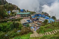 Τοπικό σπίτι στο ορεινό χωριό στην πορεία στρατόπεδων βάσεων στοκ εικόνα