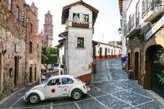 Τοπικό ταξί στο κέντρο Taxco που κινείται στο στενό κεντρικό s στοκ εικόνες με δικαίωμα ελεύθερης χρήσης