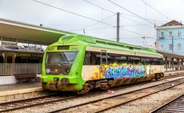 Τοπικό τραίνο diesel στο σταθμό Santa Apolonia Στοκ φωτογραφίες με δικαίωμα ελεύθερης χρήσης
