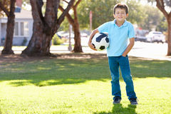Τοποθέτηση αγοριών με τη σφαίρα ποδοσφαίρου Στοκ Εικόνα