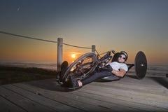Τοποθέτηση αθλητών Handcycle στην παραλία στοκ εικόνες