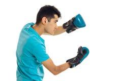 Τοποθέτηση αθλητών στο μπλε πουκάμισο και τα εγκιβωτίζοντας γάντια που απομονώνονται στο άσπρο υπόβαθρο στο στούντιο Στοκ εικόνες με δικαίωμα ελεύθερης χρήσης