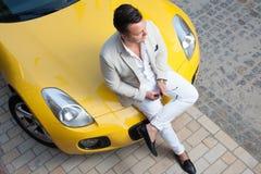 Τοποθέτηση ατόμων με μετατρέψιμο sportcar Στοκ φωτογραφία με δικαίωμα ελεύθερης χρήσης