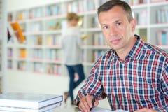 Τοποθέτηση ατόμων στη βιβλιοθήκη στοκ εικόνες