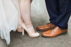 Τοποθέτηση γαμήλιων ζευγών υπαίθρια για τον επαγγελματικό φωτογράφο στοκ φωτογραφία με δικαίωμα ελεύθερης χρήσης