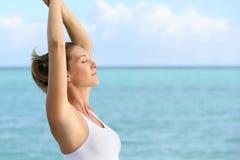 Τοποθέτηση γυναίκας zen από την παραλία Στοκ φωτογραφία με δικαίωμα ελεύθερης χρήσης