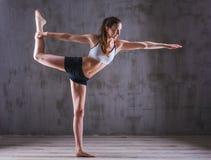 Τοποθέτηση γυναικών αθλητικής γιόγκας στο photostudio Εικόνα κινήτρου ικανότητας Στοκ φωτογραφίες με δικαίωμα ελεύθερης χρήσης