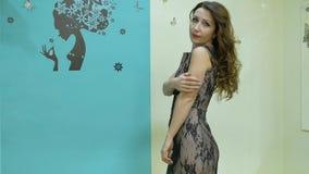 Τοποθέτηση γυναικών με ένα νέο hairstyle απόθεμα βίντεο