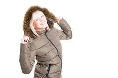 Τοποθέτηση γυναικών με την κουκούλα χειμερινών σακακιών επάνω και χαμόγελο Στοκ φωτογραφία με δικαίωμα ελεύθερης χρήσης