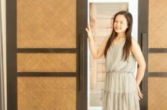 Τοποθέτηση γυναικών με τις ξύλινες πόρτες μπουτίκ Στοκ φωτογραφία με δικαίωμα ελεύθερης χρήσης