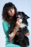 Τοποθέτηση γυναικών με το σκυλί της Στοκ Εικόνα