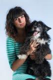 Τοποθέτηση γυναικών με το σκυλί της Στοκ φωτογραφία με δικαίωμα ελεύθερης χρήσης