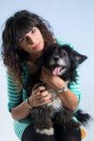 Τοποθέτηση γυναικών με το σκυλί της Στοκ Εικόνες