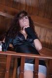 Τοποθέτηση γυναικών πίσω από το ξύλινο κάγγελο στοκ εικόνες με δικαίωμα ελεύθερης χρήσης