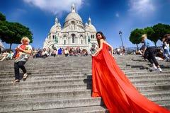 Τοποθέτηση γυναικών στο κόκκινο φόρεμα Στοκ Εικόνες