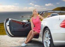 Τοποθέτηση γυναικών στο μετατρέψιμο αυτοκίνητο πέρα από τη μεγάλη ακτή sur Στοκ Φωτογραφία