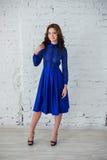 Τοποθέτηση γυναικών στο μπλε φόρεμα βραδιού Στοκ Εικόνα