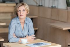 Τοποθέτηση γυναικών στο τραπεζάκι σαλονιού στον καφέ κατά τη διάρκεια της Στοκ Φωτογραφία