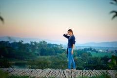 Τοποθέτηση γυναικών της Ασίας στο σημείο άποψης με το mountrain Στοκ Εικόνα