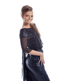Τοποθέτηση γυναικών χαμόγελου στο λαμπρό φόρεμα με τα τσέκια στοκ φωτογραφίες