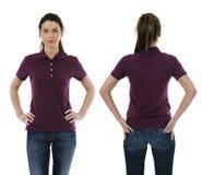 Τοποθέτηση γυναικών Brunette με το κενό πορφυρό πουκάμισο πόλο Στοκ Εικόνες