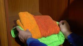 Τοποθέτηση ενός συνόλου πετσετών σε μια ντουλάπα απόθεμα βίντεο