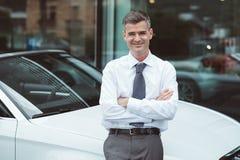 Τοποθέτηση επιχειρηματιών με το νέο αυτοκίνητό του Στοκ φωτογραφία με δικαίωμα ελεύθερης χρήσης