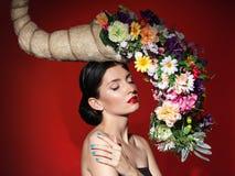 Τοποθέτηση λευκών γυναικών στο στούντιο με τις ιδιαίτερες προσοχές Στοκ Φωτογραφίες