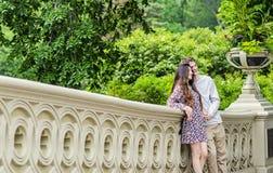 Τοποθέτηση ζεύγους για τη φωτογραφία στην πόλη του Central Park Νέα Υόρκη Στοκ φωτογραφία με δικαίωμα ελεύθερης χρήσης