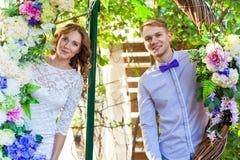 Τοποθέτηση ζεύγους σε μια αψίδα των λουλουδιών Στοκ φωτογραφίες με δικαίωμα ελεύθερης χρήσης