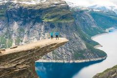Τοποθέτηση ζεύγους σε Trolltunga Νορβηγία Στοκ εικόνες με δικαίωμα ελεύθερης χρήσης