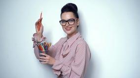 Τοποθέτηση κοριτσιών γραφείων στο στούντιο με το σύνολο μολυβιών των διαφορετικών χρωμάτων απόθεμα βίντεο