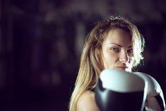 Τοποθέτηση κοριτσιών εγκιβωτισμού με τα γάντια Στοκ φωτογραφία με δικαίωμα ελεύθερης χρήσης