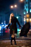 Τοποθέτηση κοριτσιών λαμβάνοντας υπόψη την πόλη βραδιού Στοκ φωτογραφίες με δικαίωμα ελεύθερης χρήσης