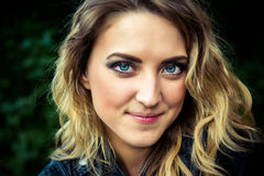 Τοποθέτηση κοριτσιών μόδας με το σακάκι δέρματος Στοκ φωτογραφίες με δικαίωμα ελεύθερης χρήσης