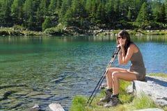 Τοποθέτηση κοριτσιών πεζοπορίας στη λίμνη Arpy Στοκ εικόνες με δικαίωμα ελεύθερης χρήσης