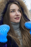 Τοποθέτηση κοριτσιών σε ένα θερμό σακάκι Στοκ Φωτογραφίες