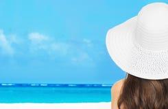 Τοποθέτηση κοριτσιών στην παραλία Στοκ φωτογραφίες με δικαίωμα ελεύθερης χρήσης