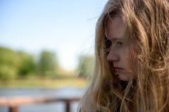 Τοποθέτηση κοριτσιών στο θερινό πάρκο Στοκ Φωτογραφία