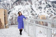 Τοποθέτηση κοριτσιών υπαίθρια το χειμώνα Στοκ Φωτογραφία