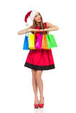 Τοποθέτηση κοριτσιών Χριστουγέννων με τις ζωηρόχρωμες τσάντες αγορών στοκ φωτογραφίες με δικαίωμα ελεύθερης χρήσης