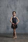 Τοποθέτηση κοριτσιών Ballerina στο στούντιο χορού στοκ εικόνα