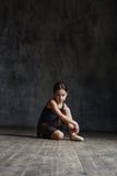 Τοποθέτηση κοριτσιών Ballerina στο στούντιο χορού στοκ εικόνες
