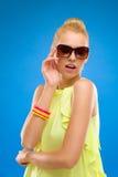 Τοποθέτηση κοριτσιών Sumer στα γυαλιά ηλίου. Στοκ Εικόνες
